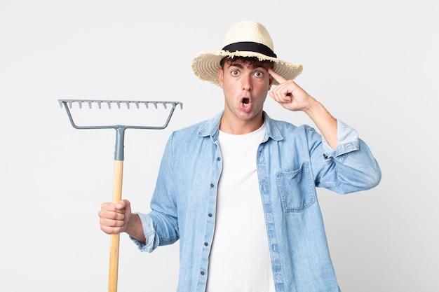 Hombre guapo joven que parece sorprendido, dándose cuenta de un nuevo pensamiento, idea o concepto. concepto de granjero