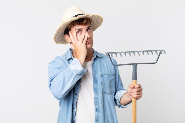 Hombre guapo joven que se siente aburrido, frustrado y con sueño después de un cansancio. concepto de granjero