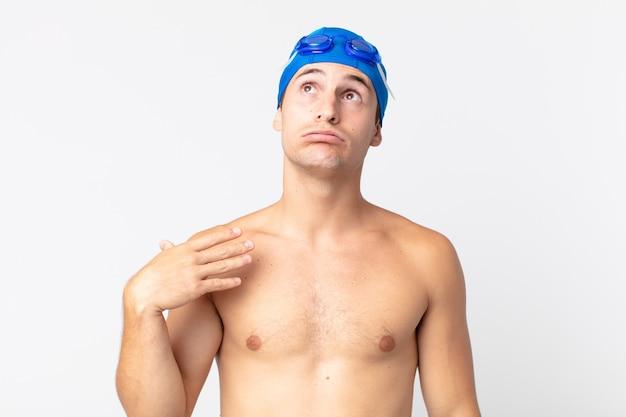 Hombre guapo joven que se siente estresado, ansioso, cansado y frustrado. concepto de nadador