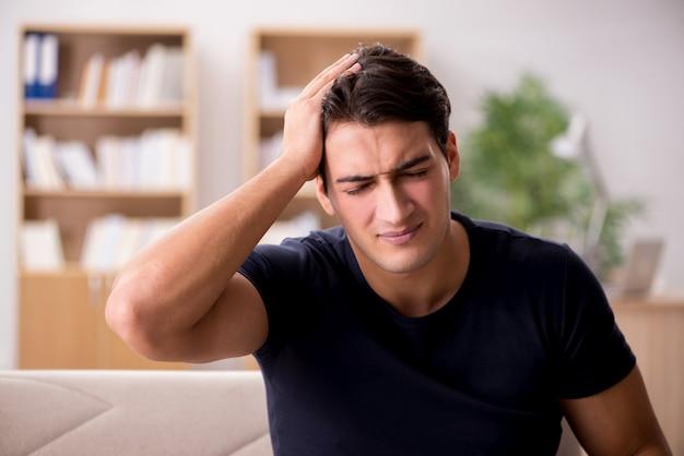 Hombre guapo joven que sufre de dolor