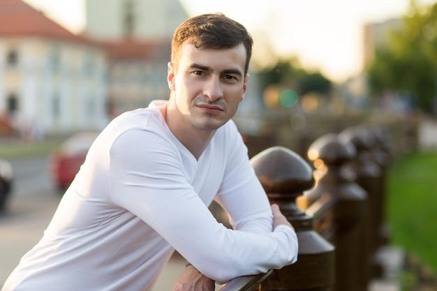 Hombre guapo joven en ropa blanca