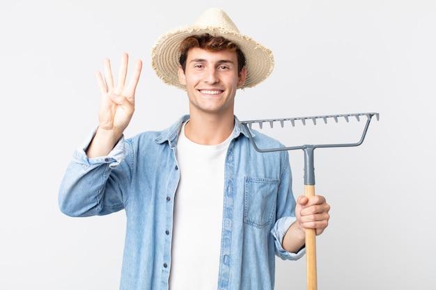 Hombre guapo joven sonriendo y mirando amistoso, mostrando el número cuatro. concepto de granjero