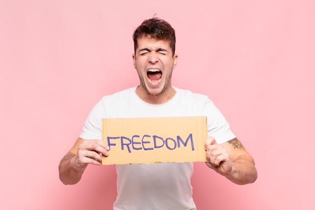 Hombre guapo joven con tablero de la libertad