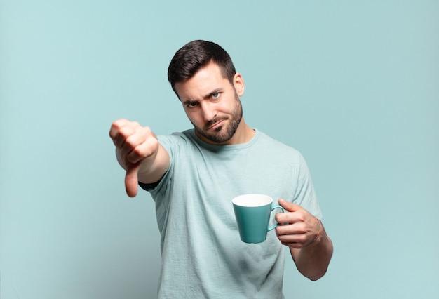 Hombre guapo joven con una taza de café. concepto de desayuno