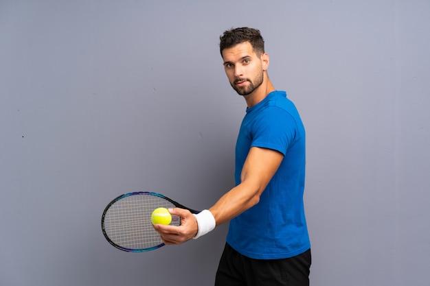 Hombre guapo joven tenista