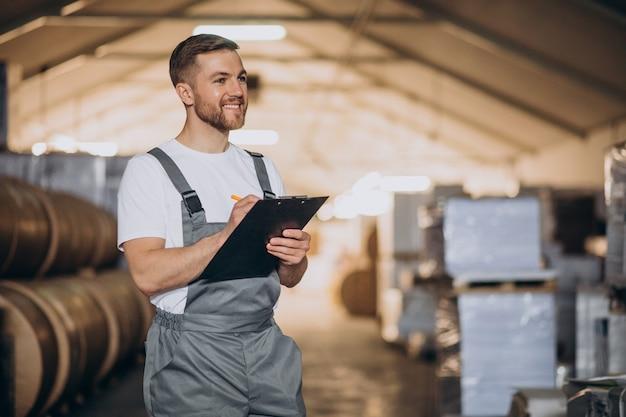 Hombre guapo joven trabajando en una fábrica
