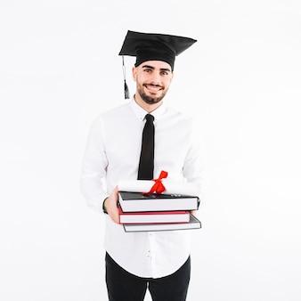 Hombre guapo con libros y diploma