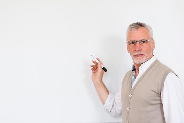 Hombre guapo con marcador y mirando a cámara