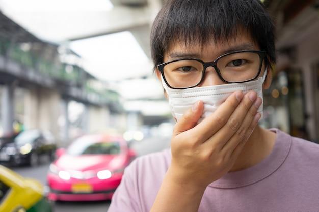 Hombre guapo con mascarilla protege el filtro contra la contaminación del aire (pm2.5)