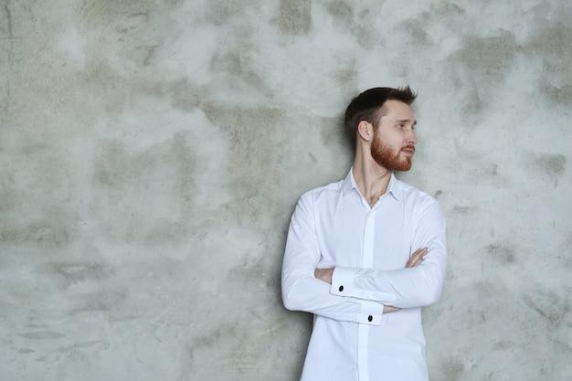 Hombre guapo de moda posando