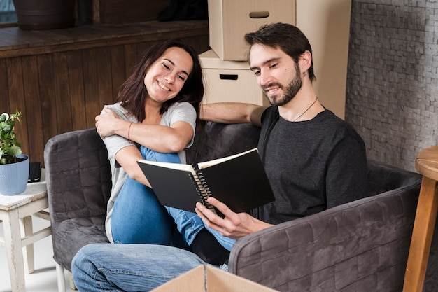Hombre guapo y mujer planeando reubicación