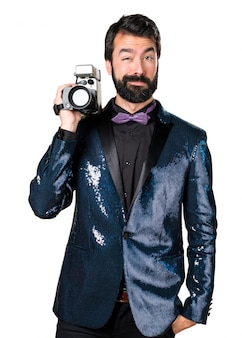 Hombre guapo con la película de la chaqueta de lentejuelas