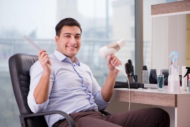 Hombre guapo en peluquería haciendo corte de pelo