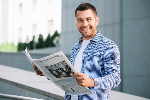 Hombre guapo con periódico