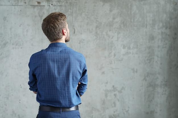 Hombre guapo posando, vista posterior