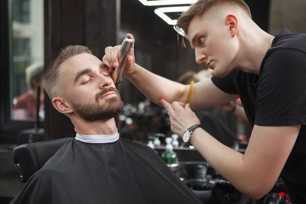 Hombre guapo relajado en una barbería