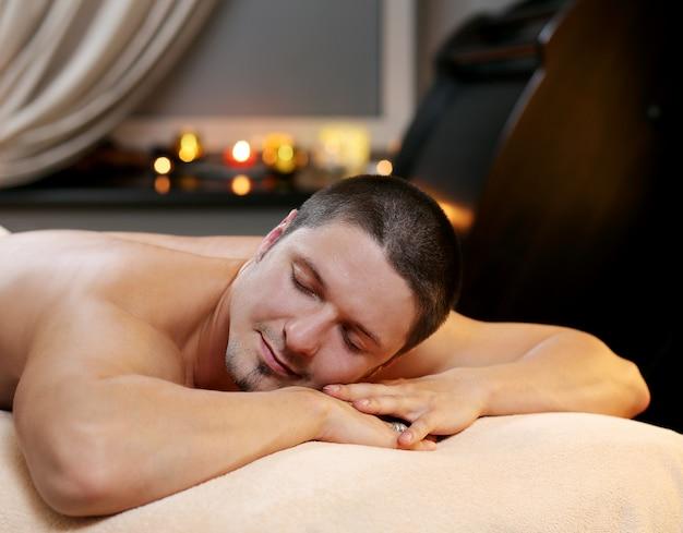Hombre guapo relajante en un spa
