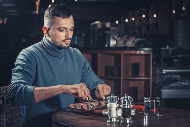 Hombre guapo en el restaurante