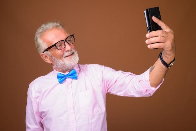 Hombre guapo senior con ropa elegante