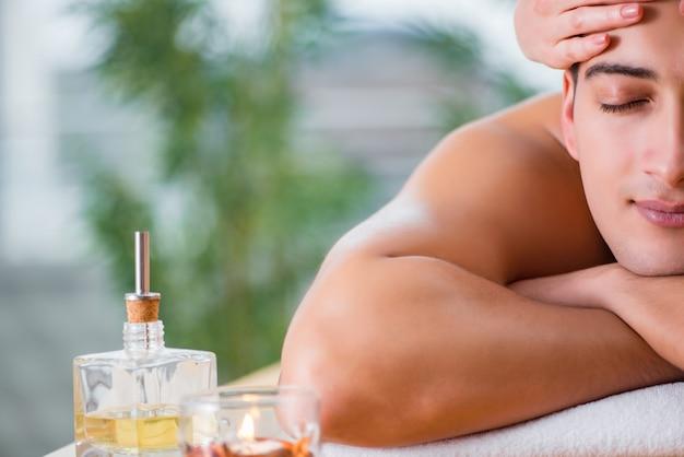 Hombre guapo durante la sesión de masaje spa