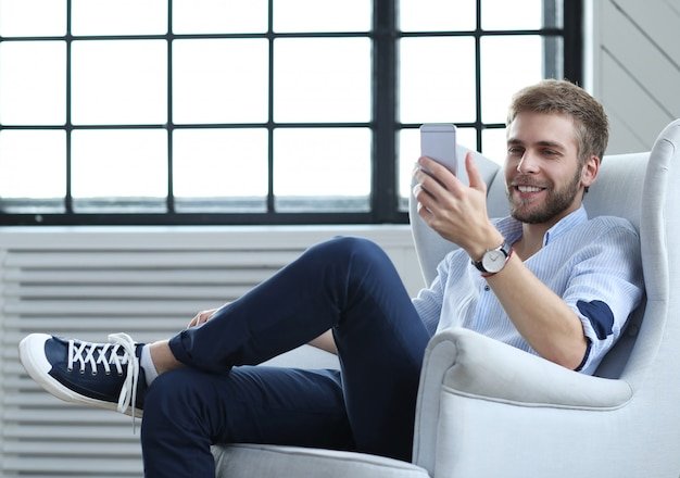 Hombre guapo con smartphone