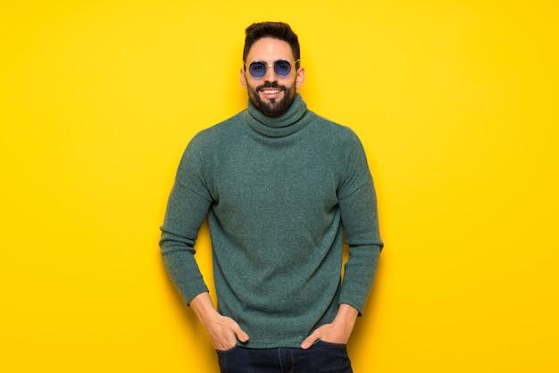 Hombre guapo sobre fondo amarillo
