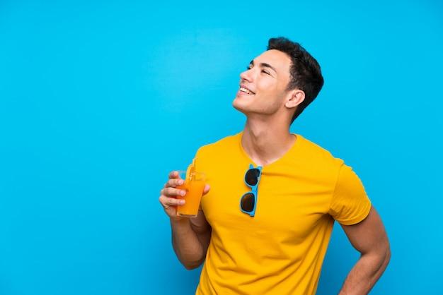 Hombre guapo sobre pared azul