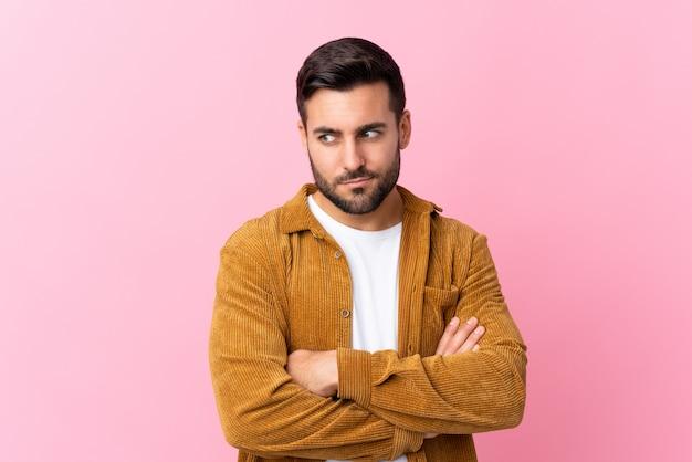 Hombre guapo sobre rosa aislado