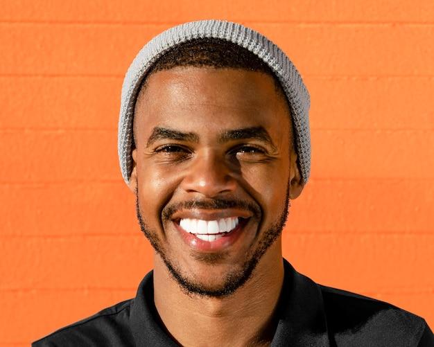 Hombre guapo sonriendo, retrato de cara feliz de cerca