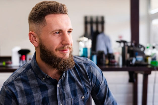 Hombre guapo sonriente en la peluquería