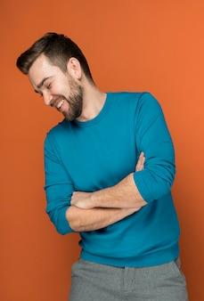 Hombre guapo sonriente posando