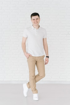 Hombre guapo sonriente sexy sobre fondo claro