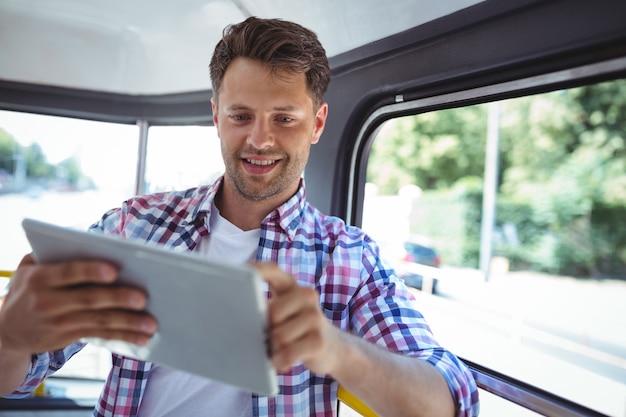 Hombre guapo con tableta digital