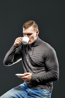 Hombre guapo con una taza