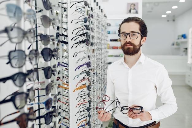 Hombre guapo en una tienda de óptica