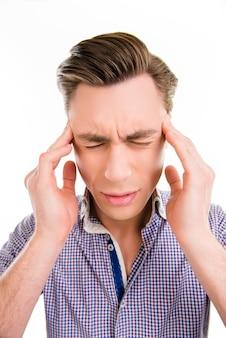 Hombre guapo tocando su cabeza sufre de dolor de cabeza