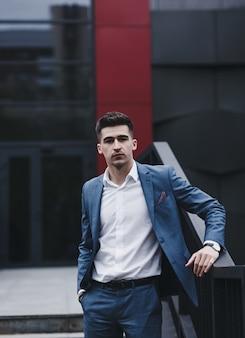Hombre guapo con traje y camisa blanca. hombre de negocios, en, ciudad