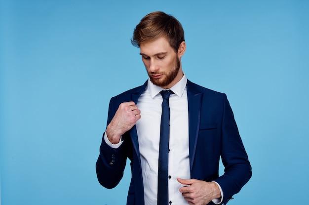 Hombre guapo en traje de confianza en sí mismo fondo azul oficial