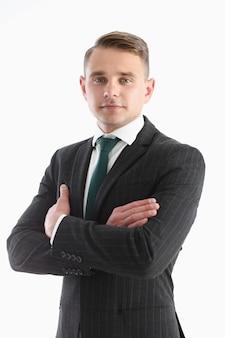 Hombre guapo en traje y corbata mira en el cofre de la cámara