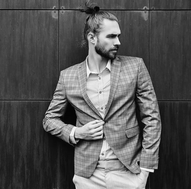Hombre guapo en traje a cuadros gris en blanco y negro