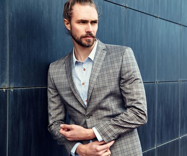 Hombre guapo en traje a cuadros gris