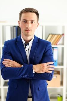 Hombre guapo en traje de pie en la oficina