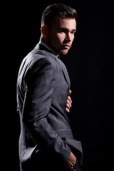 Hombre guapo en traje