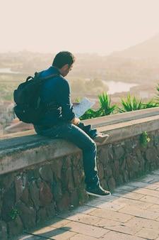 Hombre guapo turista mirando el mapa en la increíble ciudad italiana
