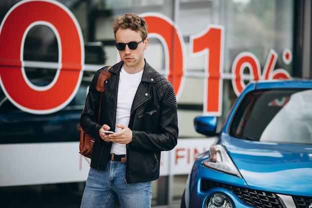 Hombre guapo usando el teléfono, compras en línea