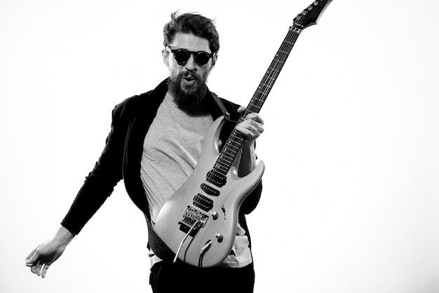 Hombre con guitarra en manos músico rock star performance luz de estilo de vida