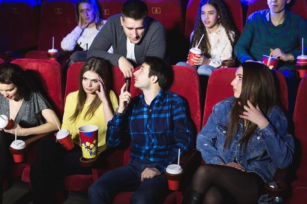 El hombre habla en voz alta por teléfono en una sala de cine y le impide ver una película