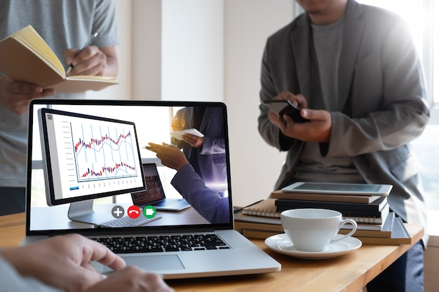 Hombre hablando plan de negocios en video conferencia reunión en línea en video llamada trabajando desde casa llamada de respuesta virtual