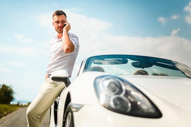 Hombre hablando por teléfono al aire libre
