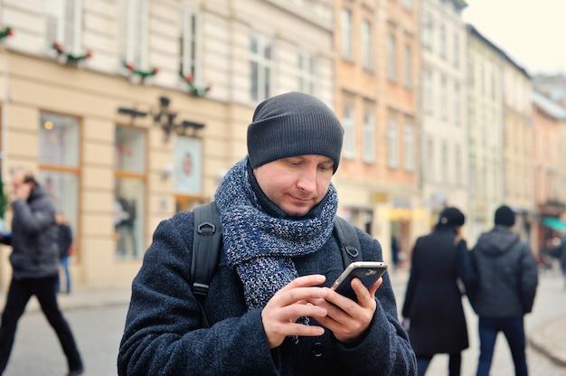 Hombre hablando por teléfono en la ciudad
